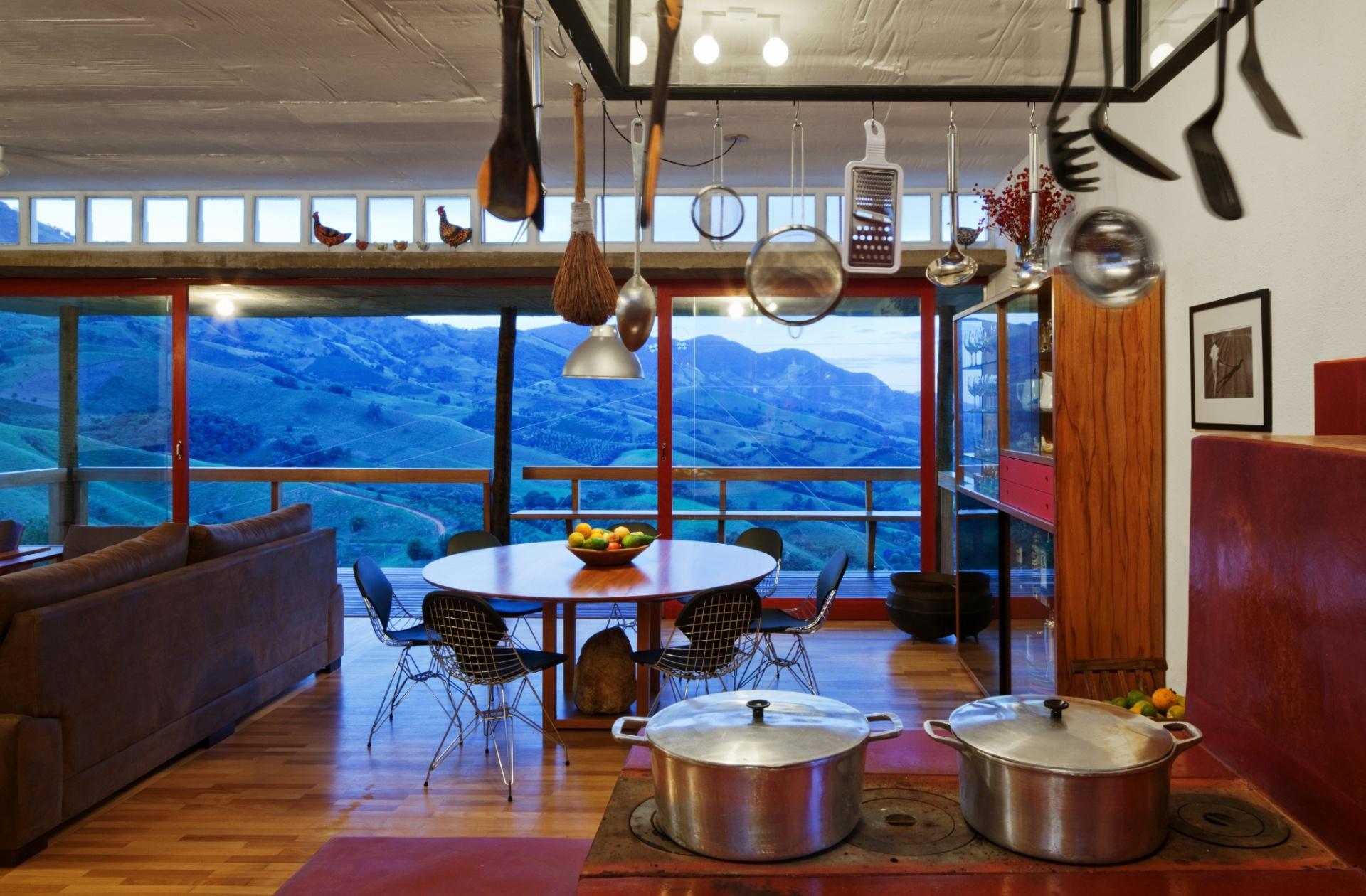 Com varanda dos dois lados, a sala possui vista para várias paisagens, principalmente para o