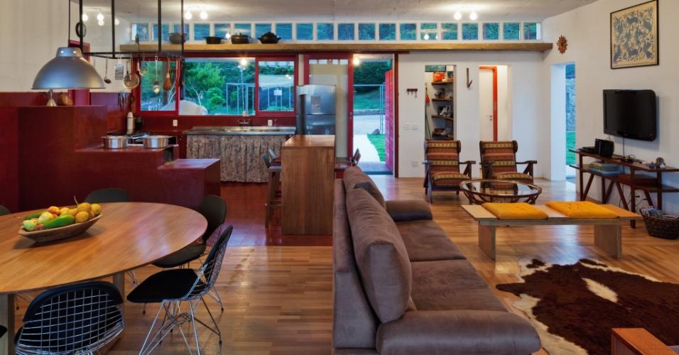 A sala da casa Dom Viçoso, projetada pelo arquiteto Marcelo Ferraz, possui a configuração típica das sedes de fazenda. Ou seja, todos os ambientes integrados: jantar, estar, home theater e cozinha. A vedete do espaço é o fogão a lenha de onde saem quitutes de dar água na boca. Destaque curioso é a coifa, um cubo de ferro e vidro, desenhado pelo arquiteto