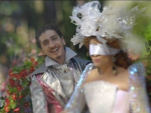 Ferdinando faz surpresa para Gina, que está de olhos vendados