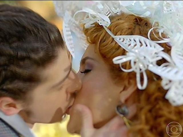 Gina e Ferdinando se declaram e se beijam depois do casamento