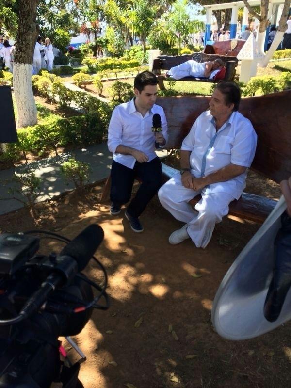 """Luiz Bacci faz reportagem com o médium João de Deus em Goiânia e afirma ter ficado """"impressionado"""" com as """"cirurgias espirituais"""""""