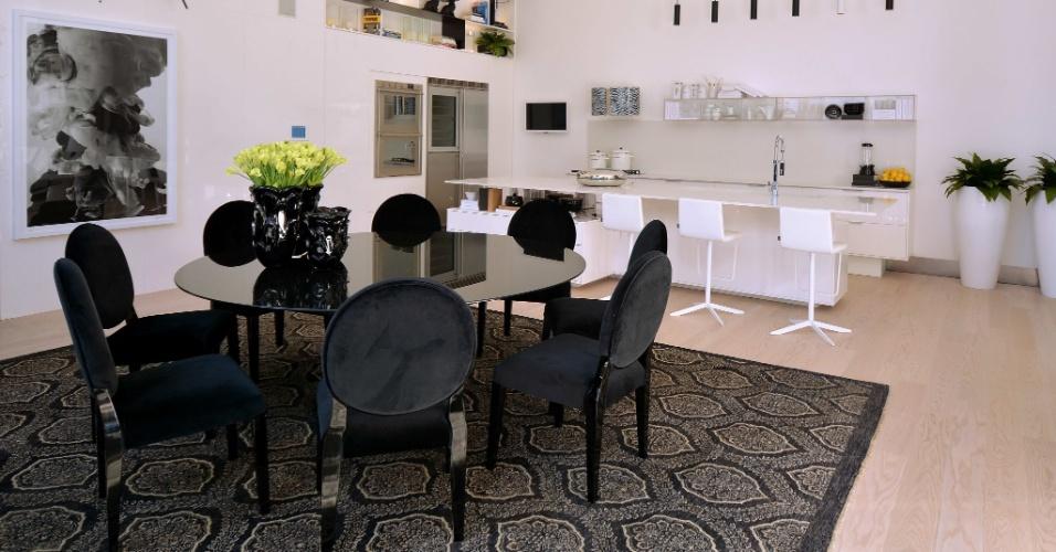Na BW House, Lídia Maciel usou o duo branco e preto para definir a sala de jantar (preto) e a cozinha (branco). A escolha da paleta de cores enxuta garante elegância aos ambientes integrados. A 23ª edição da Casa Cor RS fica em cartaz até dia 28 de setembro de 2014, na Rua Carlos Trein Filho, 930, em Porto Alegre. Outras informações: www.casacor.com.br/rs