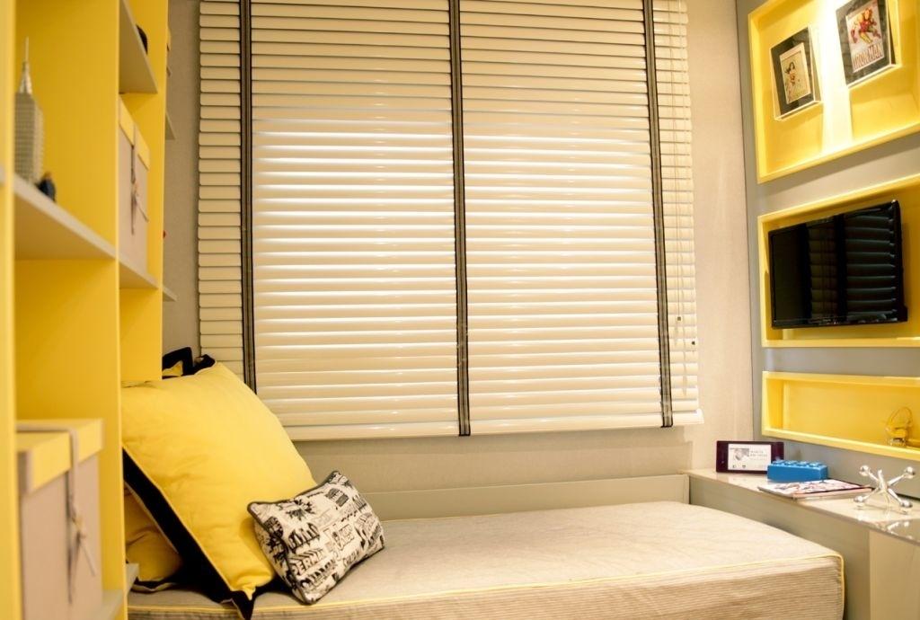 O espaço para o dormitório era enxuto, por isso a designer Marcia Brunello (www.marciabrunello.com.b) recorreu a marcenaria bem bolada e ao contemporâneo amarelo para clarear o ambiente. A cama é encaixada no móvel para ganhar  espaço. Caixas ajudam acomodar os pertences do adolescente
