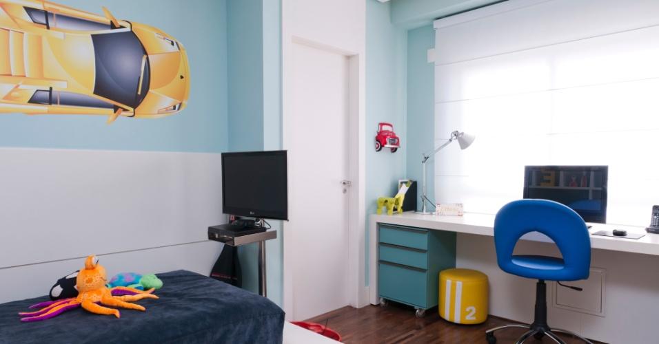 A parede da janela foi aproveitada no projeto de Ana Bartira Brancante (www.anabartira.com.br) com o mobiliário para os estudos devido a alta luminosidade. A cortina romana filtra a luz quando necessário