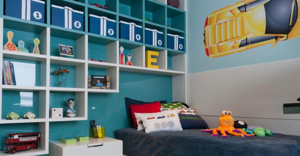 Com 14 m², este dormitório foi planejado pela arquiteta Ana Bartira Brancante (www.anabartira.com.br) para um garoto que acabara de entrar na adolescência. Com design assimétrico, o projeto explora cores alegres presentes nos móveis da Segatto (www.segatto.com.br), na parede laqueada e no adesivo