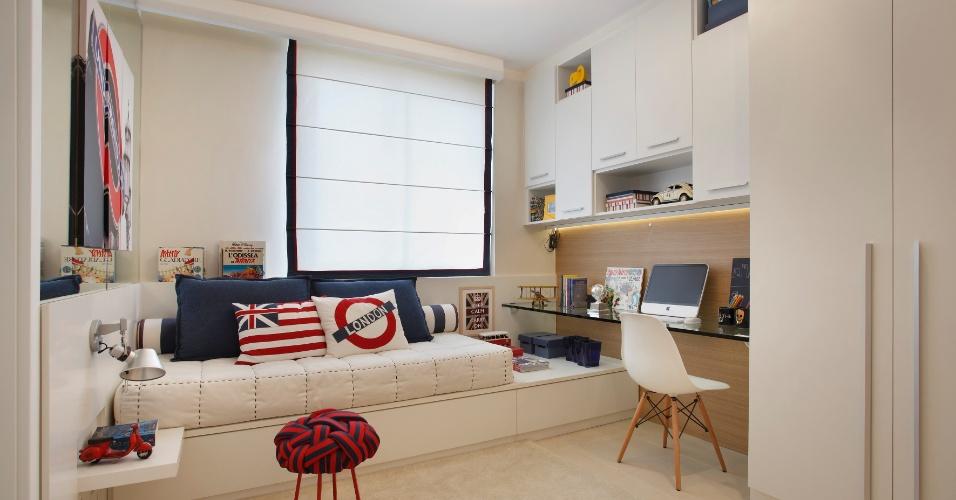 Inspirado em temas londrinos, o projeto de 9,63 m² foi pensado pela arquiteta Izabela Lessa (www.izabelalessa.com.br) para um adolescente de 14 anos. O espelho tem a função de decorar, seguindo as últimas tendências, e também ampliar e iluminar o ambiente