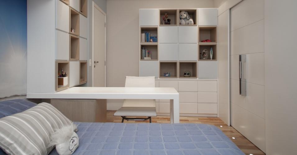 Veja que a marcenaria executada pela Stabilitá (www.stabilita.com.br) organizou o ambiente planejado pela Escala Arquitetura e Construções, tanto compartilhando-o em áreas de estudo e descanso, quanto acomodando livros e objetos pessoais nos nichos e armários