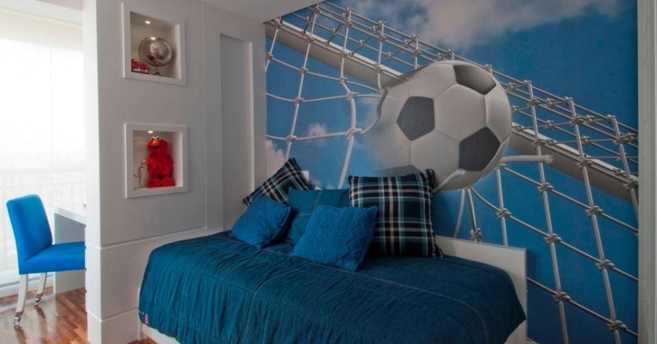 Nesta outra proposta da designer Bianka Mugnatto (www.biankamugnatto.com.br), o quarto  foi idealizado para um garoto que gosta de esportes. Com base branca, a ambientação destaca-se com o adesivo na parede e os tons de azul usados na roupa de cama e nas almofadas