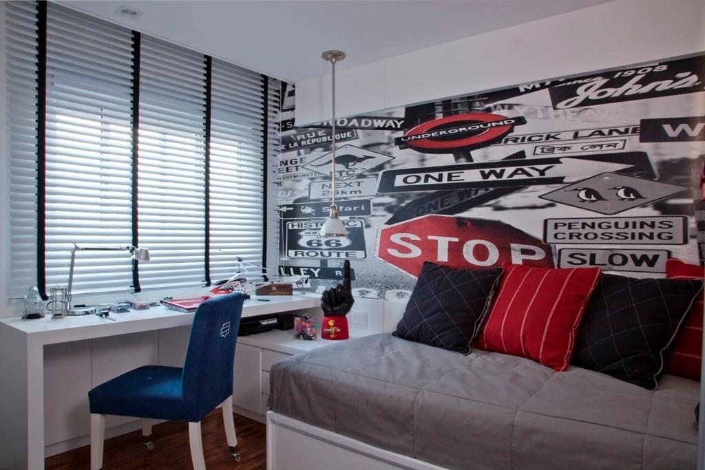 Para aproveitar o espaço, a designer Bianka Mugnatto (www.biankamugnatto.com.br) recorreu à marcenaria em cada centímetro do quarto. Veja que a luminária de teto atende à cama sem ocupar o criado-mudo. O adesivo na parede com ícones urbanos, as almofadas e o estofamento da cadeira rompem com a monotonia do branco dos móveis