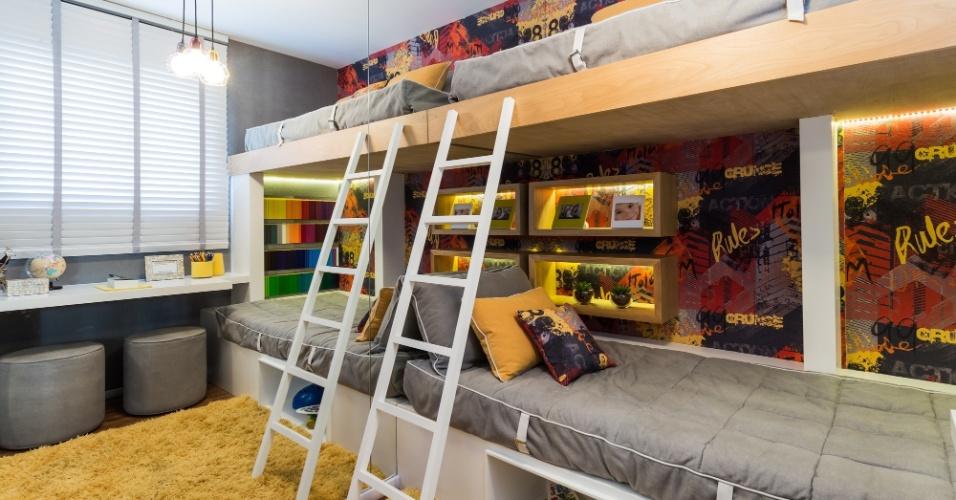 Esta proposta assinada pelo escritório Sesso & Dalanezi (www.sessoedalanezi.com.br) atendeu a dois meninos de 13 e 15 anos que adoram skate, bicicleta e grafite em um espaço de 8 m². Por isso, o projeto aproveitou todos os cantos com a marcenaria sob medida. Aqui, a inspiração também veio do estilo urbano, onde o cinza destaca o branco, o amarelo dos nichos e o colorido do tecido que reproduz um grafite. A parede espelhada amplia o quarto