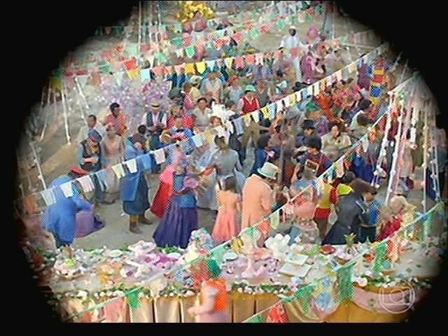 Serelepe observa Vila de Santa Fé em festa com os casamentos