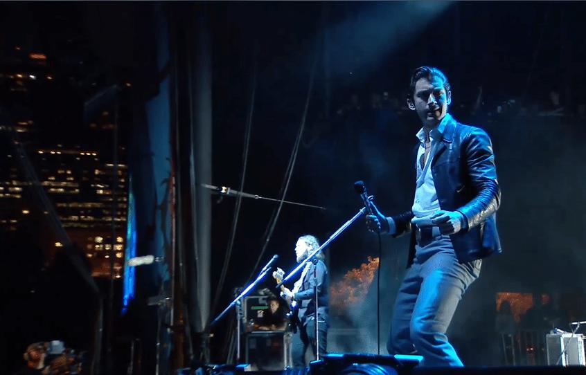 1.ago.2014 - A banda britânica Arctic Monkeys se apresenta no palco Bud Light Stage, no Lollapalooza Chicago 2014, nos Estados Unidos