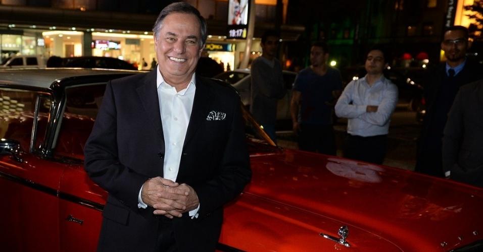 1.ago.2014 - Ronnie Von posa ao lado do carro Mercury Monterey dos anos 60, que o trouxe para o lançamento de sua biografia, na Avenida Paulista, em São Paulo