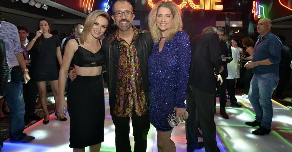 """2.ago.2014 - Bianca Bin e Letícia Spiller posam com o autor Rui Vilhena na festa de lançamento da novela """"Boogie Oogie"""""""
