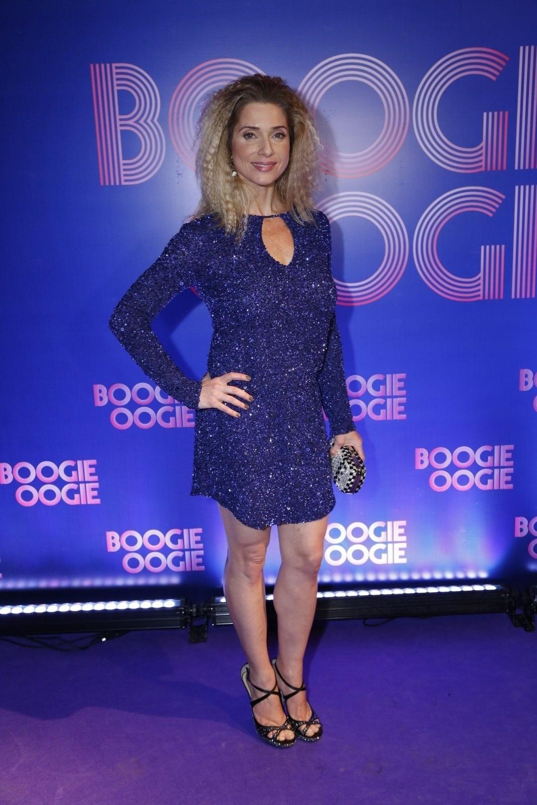 2.ago.2014 - Letícia Spiller usa look anos 70 na festa de lançamento danovela