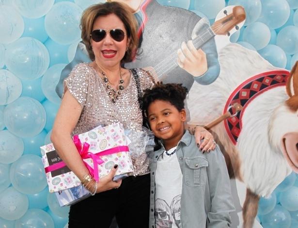 3.ago.2014 - A apresentadora Astrid Fontenelle leva o filha Gabriel ao aniversário de Rafaella Justus, em São Paulo