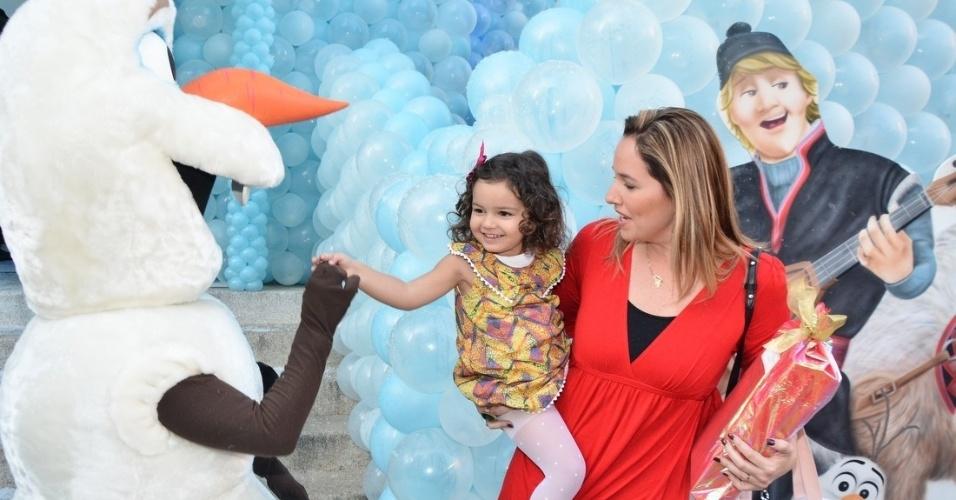 3.ago.2014 - A cantora Mariana Belém leva a filha Laura ao aniversário de cinco anos de  Rafaella Justus