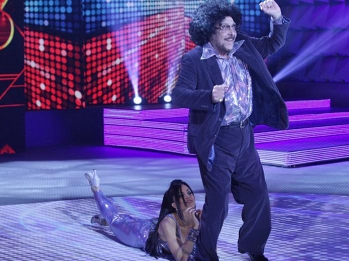 """3.ago.2014 - Famosos dançam ao som do """"Baladão Anos 70"""" na """"Dança dos Famosos""""; Miele entra no ritmo de """"YMCA"""", do grupo Village People"""