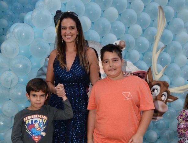 3.ago.2014 -  Luciana Cardoso, mulher de Faustão, leva os filhos, João Guilherme e Rodrigo, ao aniversário de Rafaella Justus, em São Paulo