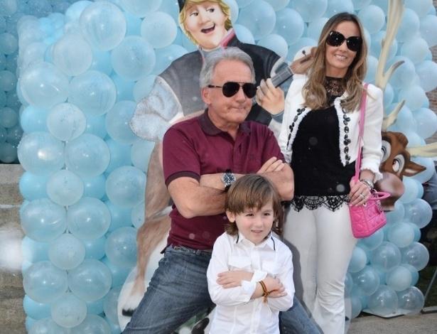 3.ago.2014 - O apresentador Otávio Mesquita, a mulher Melissa Wilmann e Pietro, filho do casal, chegam ao aniversário de Rafaella Justus, em São Paulo