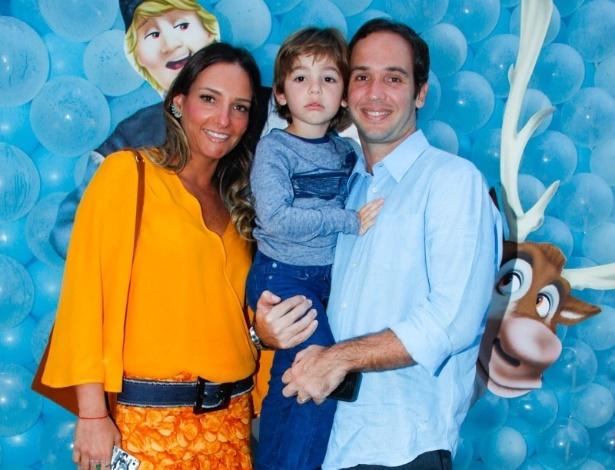 3.ago.2014 - O comentarista da Globo Caio Ribeiro vai com a mulher Renate Leite e o filho João ao aniversário de Rafaella Justus, em São Paulo