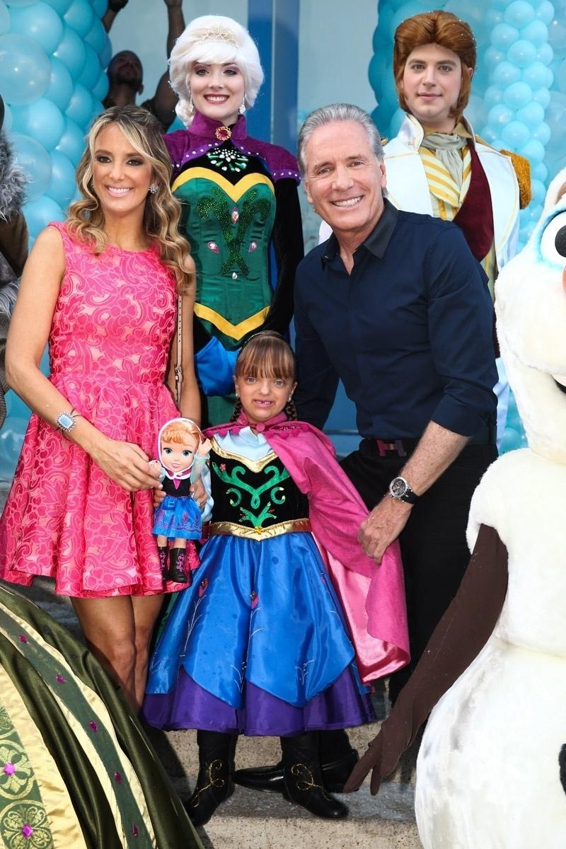 3.ago.2014 - Rafaella posa com Roberto Justus, Ticiane Pinheiro e personagens do desenho