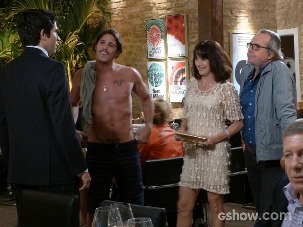 3.ago.2014 - Robertão (Romulo Neto) é barrado em restaurante e tira a camisa para provocar confusão