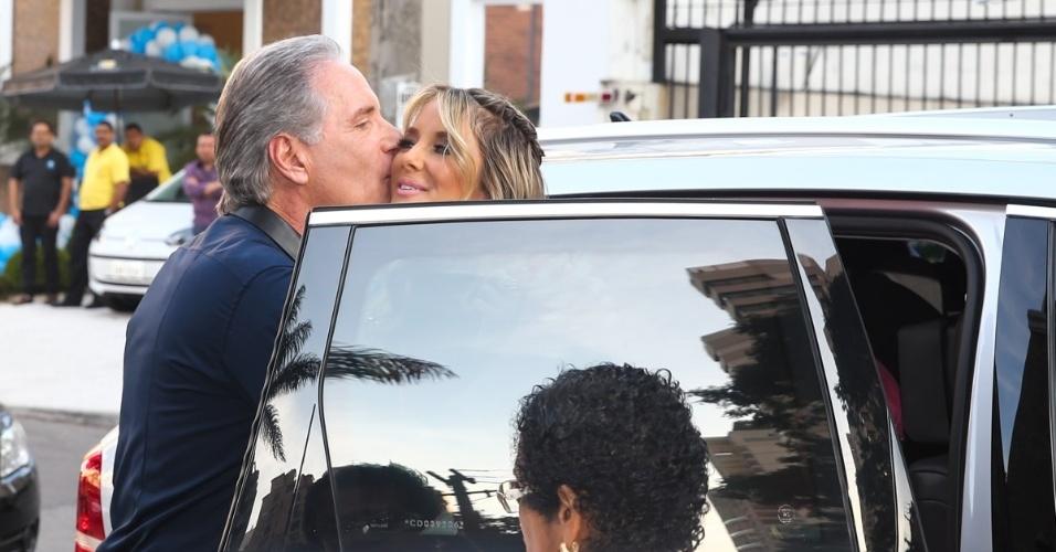 3.ago.2014 - Roberto Justus beija Ticiane Pinheiro na chegada ao aniversário de Rafaella, filha do casal, em São Paulo