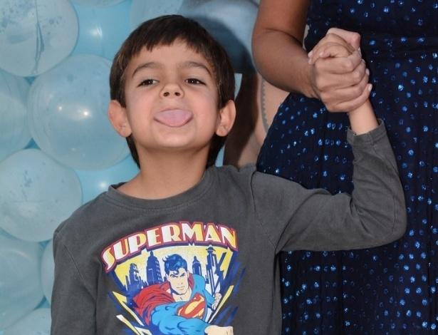 3.ago.2014 - Rodrigo, filho caçula de Faustão, mostra a língua no aniversário de Rafaella Justus, em São Paulo