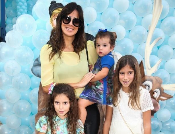3.ago.2014 - Vera Viel, mulher de Rodrigo Faro, leva as filhas Clara, 9 anos, Maria, 6 anos, e Helena, 2 anos, ao aniversário de Rafaella Justus, em São Paulo