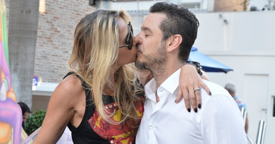 04.ago.2014 - Adriane Galisteu beija o marido Alexandre Iódice no aniversário de quatro anos de Vittorio