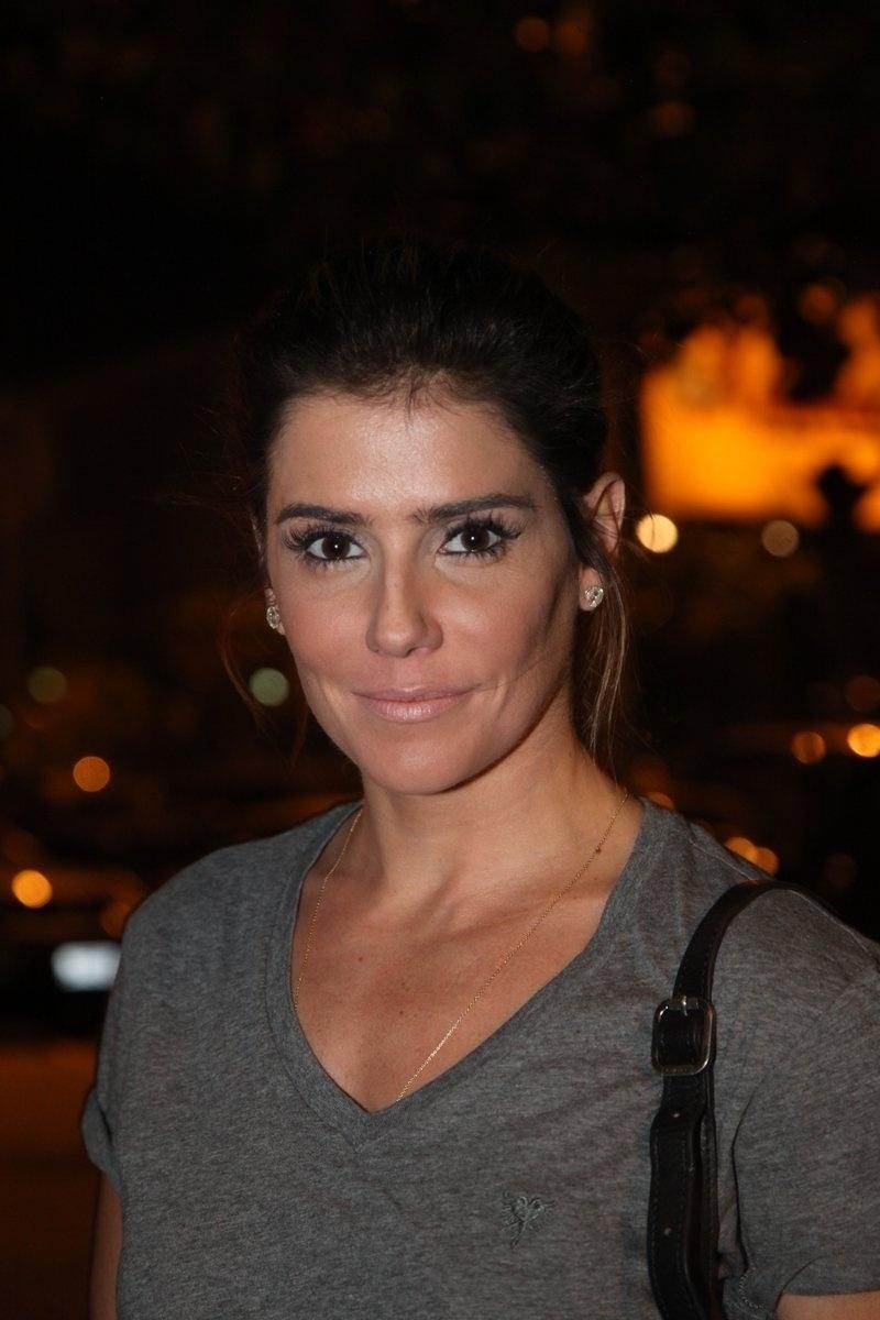 4.ago.2014 - A atriz Deborah Secco se reuniu com o elenco de