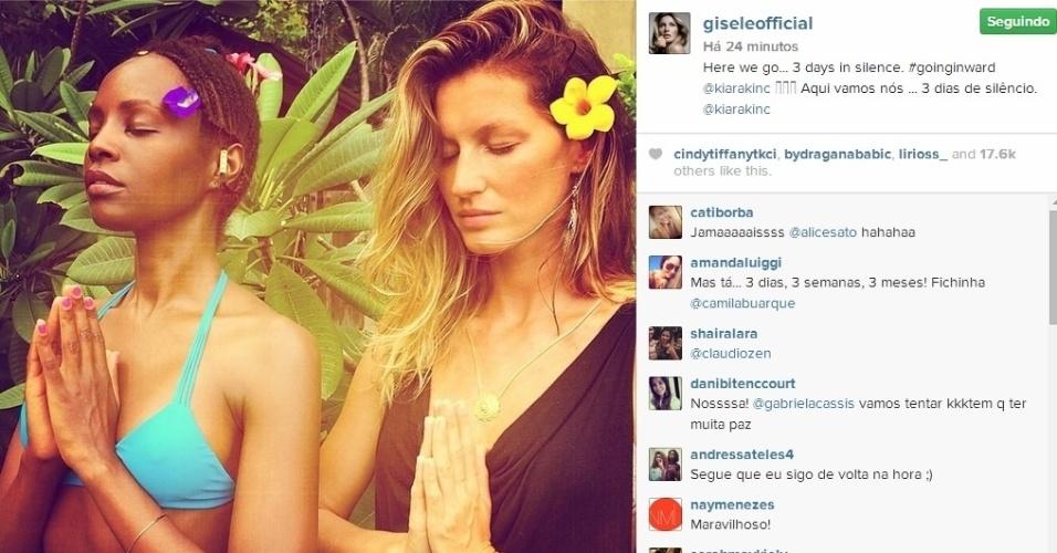 4.ago.2014 - Gisele Bündchen posta foto fazendo ioga com a amiga Kiara Kabukuru e revela intenção de cumprir um voto de silêncio.