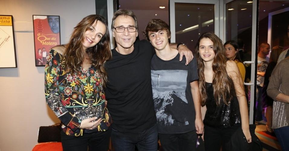 4.ago.2014 - Herson Capri leva a família para assistir a peça