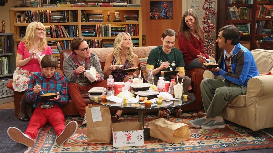 "Bernadette (Melissa Rauch), Howard (Simon Helberg), Leonard (Johnny Galecki), Penny (Kaley Cuoco), Sheldon (Jim Parsons), Amy (Mayim Bialik) e Raj (Kunal Nayyar) em cena da série ""The Big Bang Theory"" - Divulgação"