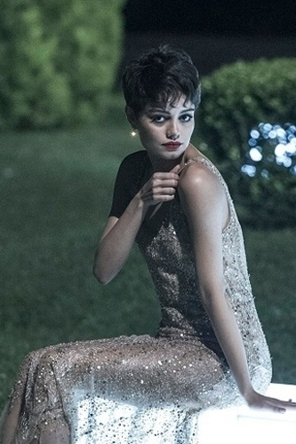 Na maior parte do tempo, Duda (Sophie Charlotte) aparece com um longo nude bordado. O vestido é elegante com discrição e uma boa opção para madrinhas