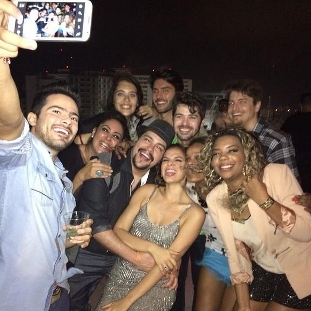 04.ago.2014 - Os amigos de Bruna fizeram questão de registrar várias fotos da badalação. O nome de Neymar não foi tocado entre os convidados e a atriz não demonstrou em nenhum momento tristeza por não ter o atacante do seu lado na festa