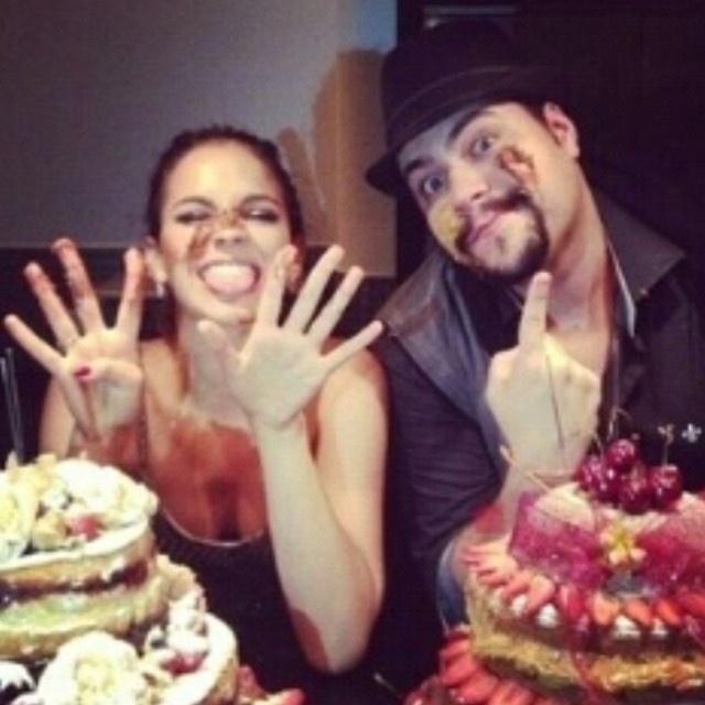 04.ago.2014 - Tiago Abravanel e Bruna Marquezine mostram o resultado da guerra de tortas que marcou o final da festa