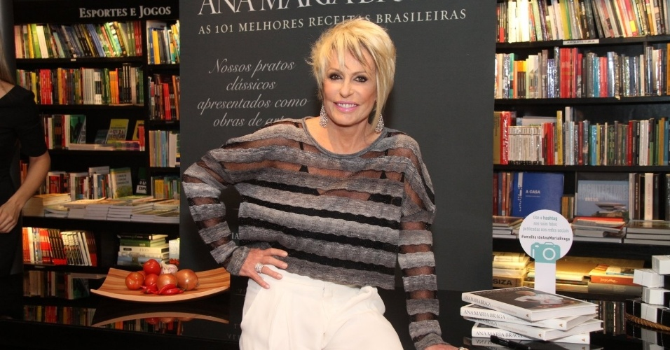 """5.ago.2014 - Ana Maria Braga fez sessão de autógrafos do livro """"101 Melhores Receitas Brasileiras"""" em uma livraria no Rio"""
