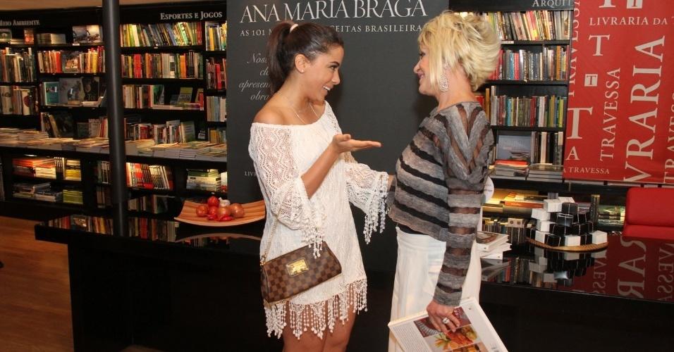 """5.ago.2014 - Anitta prestigiou a noite de autógrafos do livro """"101 Melhores Receitas Brasileiras"""", de Ana Maria Braga, no Rio"""
