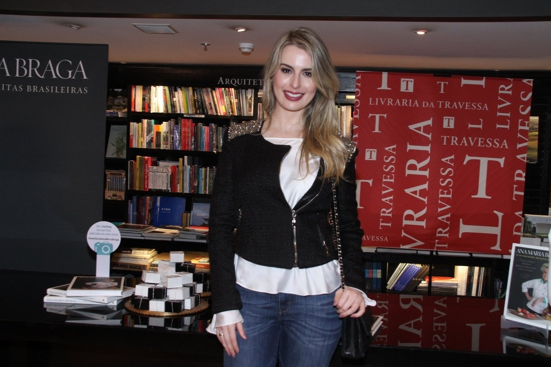 5.ago.2014 - Fernanda Keulla prestigiou a noite de autógrafos do livro