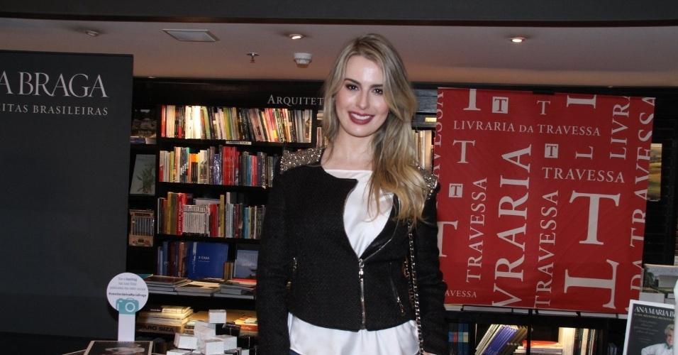 """5.ago.2014 - Fernanda Keulla prestigiou a noite de autógrafos do livro """"101 Melhores Receitas Brasileiras"""", de Ana Maria Braga, no Rio"""