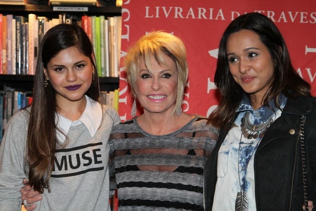 5.ago.2014 - Jéssika Alves e Thaíssa Carvalho prestigiaram a noite de autógrafos do livro