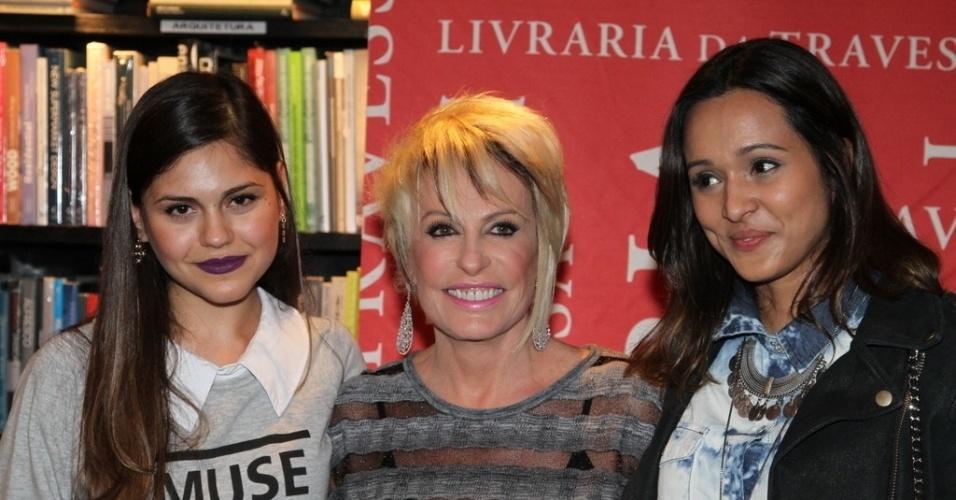 """5.ago.2014 - Jéssika Alves e Thaíssa Carvalho prestigiaram a noite de autógrafos do livro """"101 Melhores Receitas Brasileiras"""", de Ana Maria Braga, no Rio"""