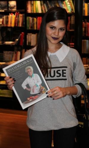 """5.ago.2014 - Jéssika Alves prestigiou a noite de autógrafos do livro """"101 Melhores Receitas Brasileiras"""", de Ana Maria Braga, no Rio"""