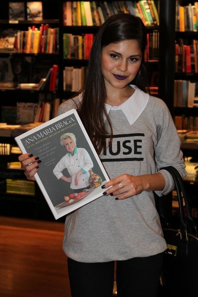 5.ago.2014 - Jéssika Alves prestigiou a noite de autógrafos do livro