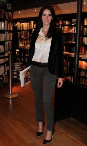 """5.ago.2014 - Lisandra Souto prestigiou a noite de autógrafos do livro """"101 Melhores Receitas Brasileiras"""", de Ana Maria Braga, no Rio"""