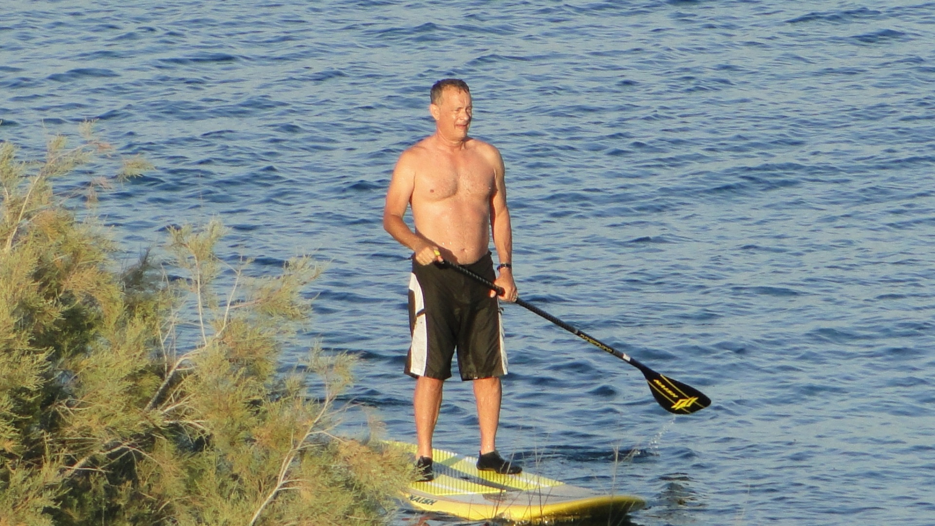 5.ago.2014 - O ator Tom Hanks pratica stand up paddle na Grécia