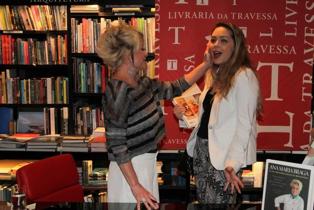 5.ago.2014 - Tania Mara prestigiou a noite de autógrafos do livro