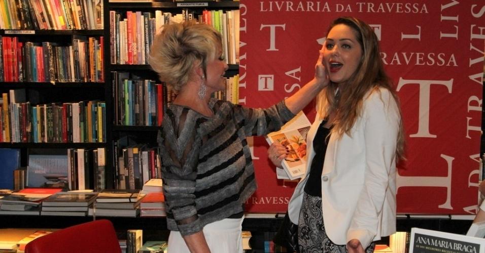 """5.ago.2014 - Tania Mara prestigiou a noite de autógrafos do livro """"101 Melhores Receitas Brasileiras"""", de Ana Maria Braga, no Rio"""
